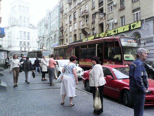 В центре Харькова образовалась пробка, из-за припарковавшихся на трамвайных путях Жигули (ФОТО) (фото) - фото 1