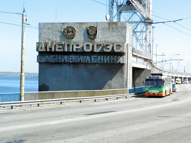 В Запорожье с плотины Днепрогэс убирают имя Ленина, - ФОТОРЕПОРТАЖ (фото) - фото 1