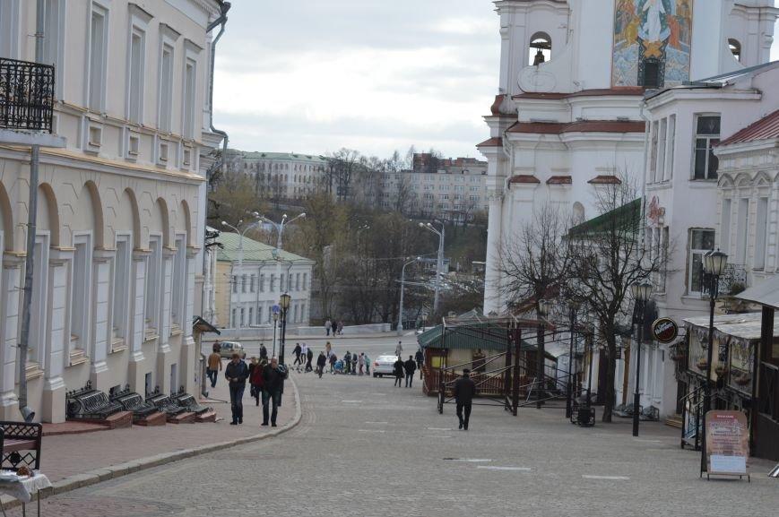 НЕромантические прогулки. По пешеходным улицам в Витебске регулярно ездят автомобили, водители вынимают столбики ограждения, фото-1
