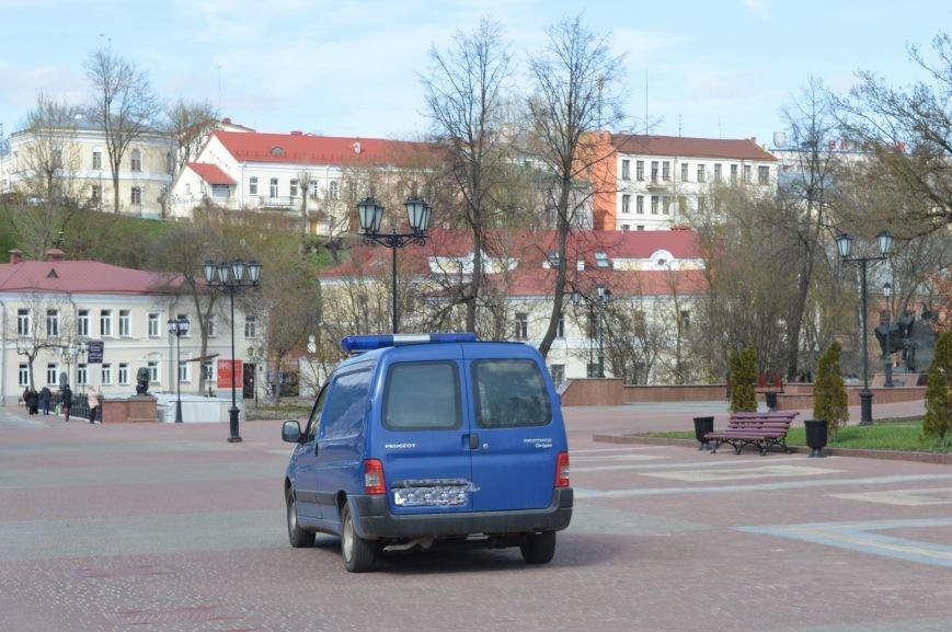 НЕромантические прогулки. По пешеходным улицам в Витебске регулярно ездят автомобили, водители вынимают столбики ограждения, фото-4