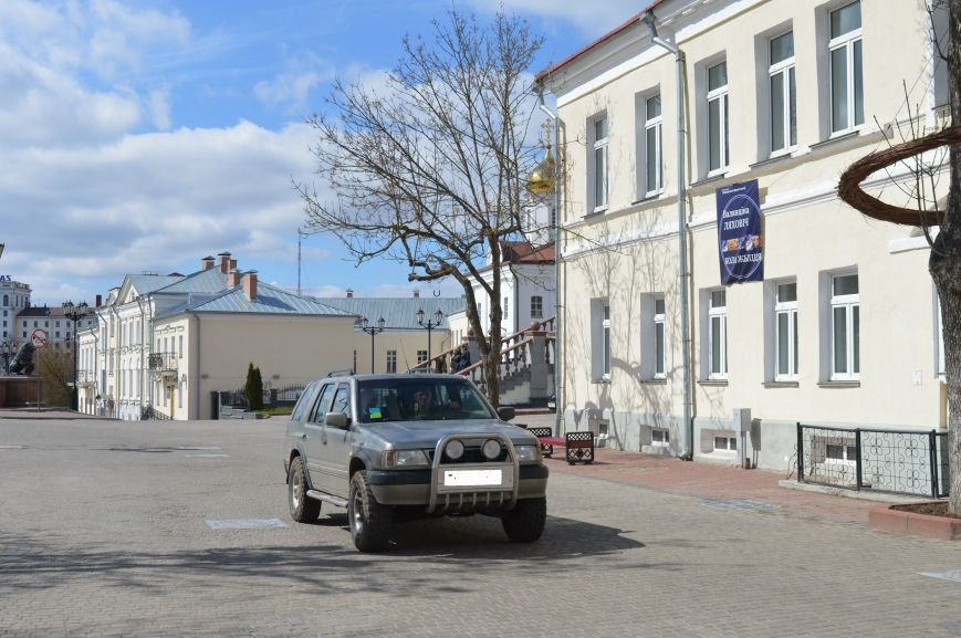 НЕромантические прогулки. По пешеходным улицам в Витебске регулярно ездят автомобили, водители вынимают столбики ограждения, фото-3