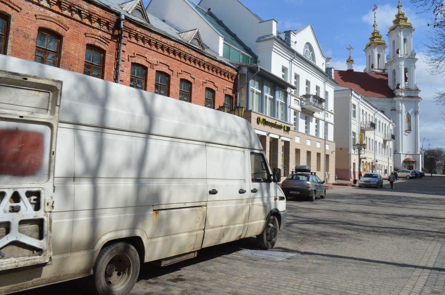 НЕромантические прогулки. По пешеходным улицам в Витебске регулярно ездят автомобили, водители вынимают столбики ограждения, фото-2