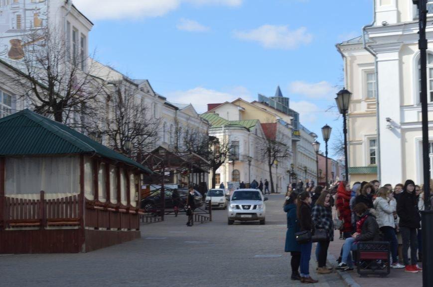 НЕромантические прогулки. По пешеходным улицам в Витебске регулярно ездят автомобили, водители вынимают столбики ограждения, фото-5