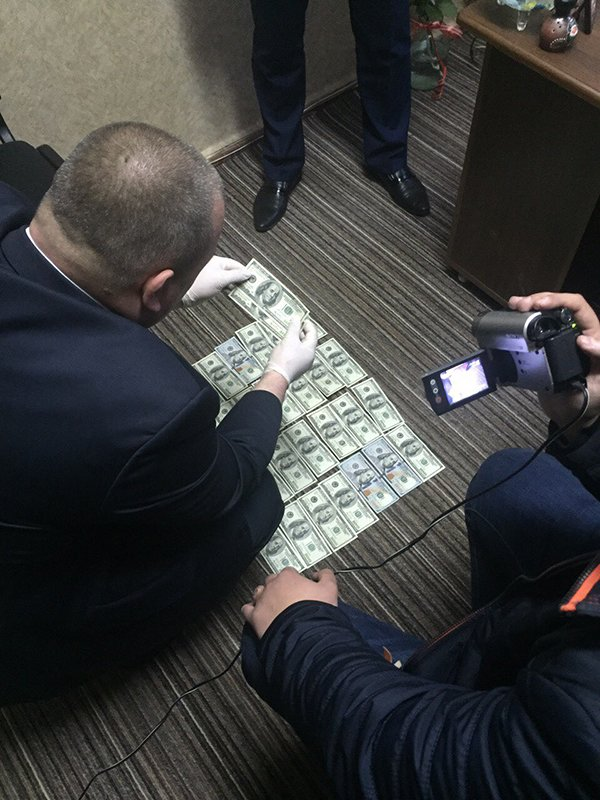 На  Рівненщині викрито адвоката під час одержання неправомірної вигоди (фото) - фото 2
