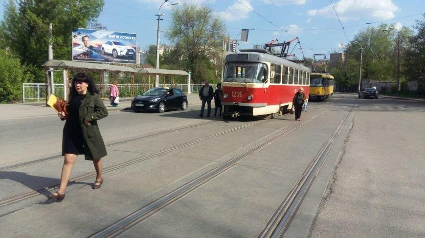 В Днепропетровске у трамвая 5-го маршрута во время движения упал пантограф (фото) - фото 3