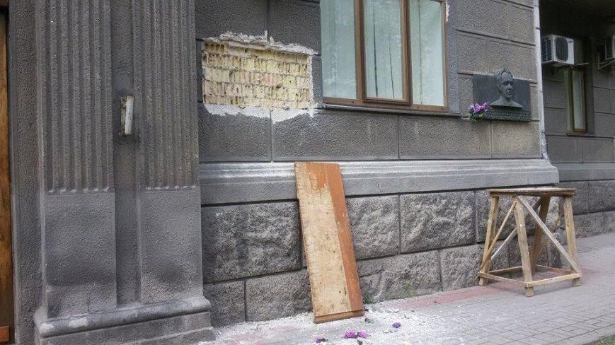 В Киеве неизвестные демонтировали памятную доску Ванде Василевской (ФОТОФАКТ), фото-2