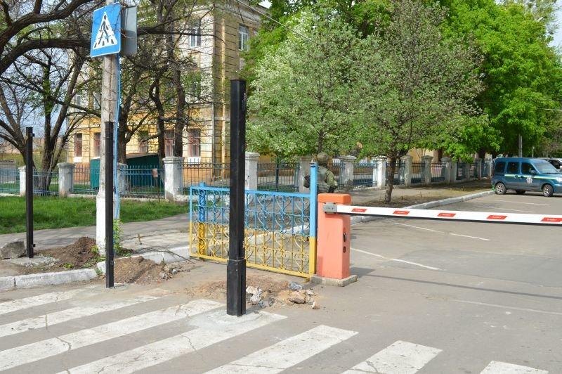 Краматорская полиция отгораживается от диверсий забором, фото-2