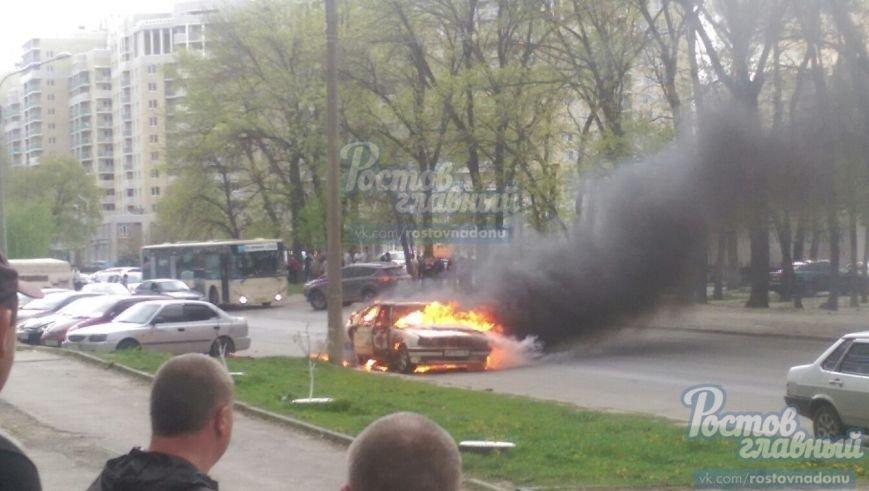 В Ростове на улице Зорге вспыхнул легковой автомобиль (фото) - фото 1