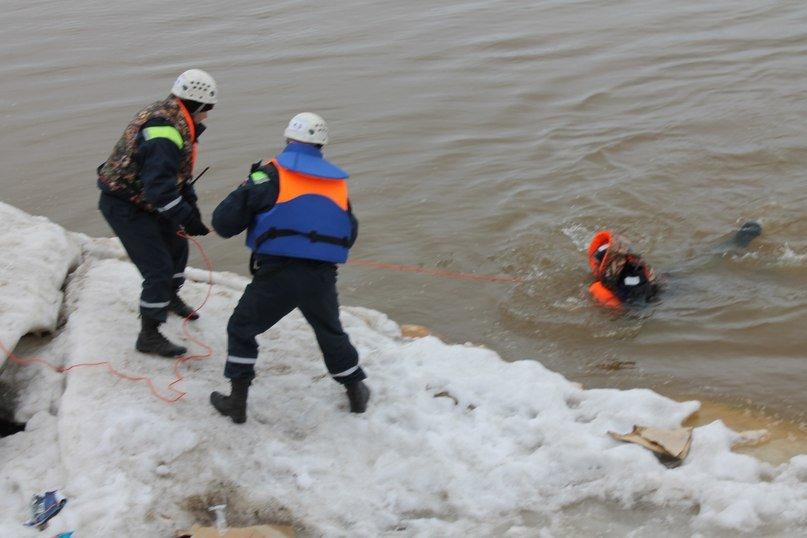 На Оби работал «Гном». У спасателей Нижневартовска появился уникальный телеуправляемый подводный аппарат (фото) - фото 1