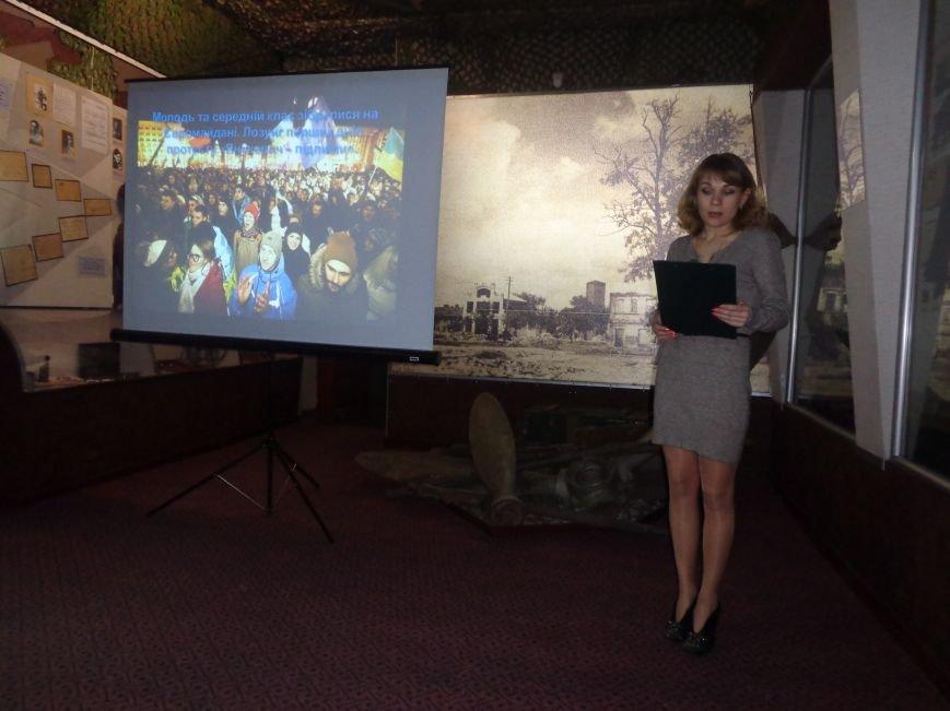 «…За Україну, за її волю, за честь, за славу, за народ» - в Красноармейском историческом музее по-новому взглянули на памятники (фото) - фото 1