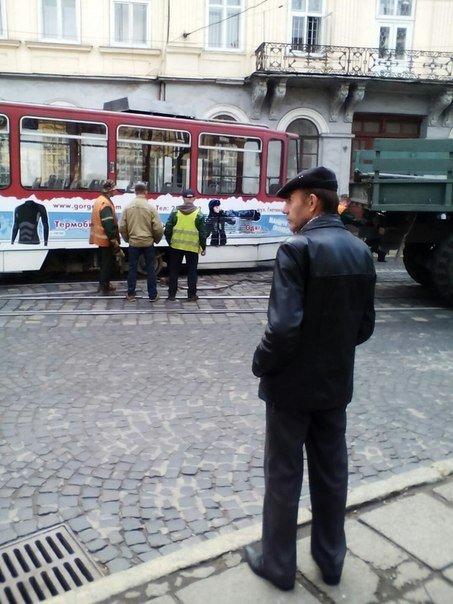 У центрі Львова з рейок зійшов трамвай (ФОТО) (фото) - фото 1