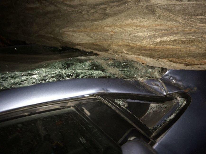 В центре Ростова упавшее дерево раздавило припаркованный Chevrolet, фото-2
