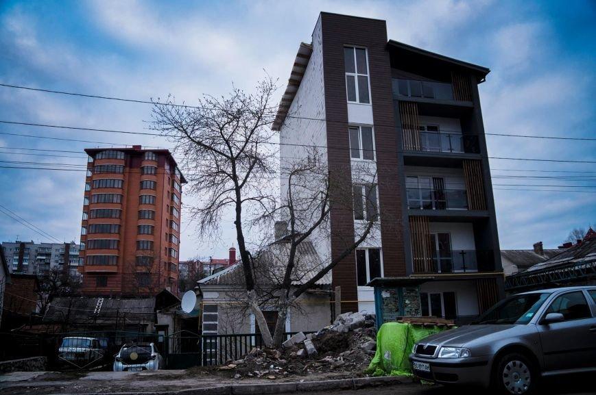 У Тернополі створили будівельну карикатуру немов спеціально для парку курйозів, фото-1