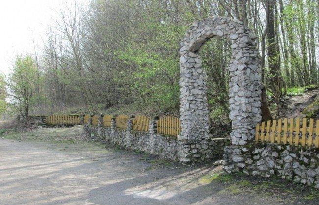 Купи сміття посеред мальовничої природи: на Тернопільщині вандали понівечили дерева (фото) - фото 1