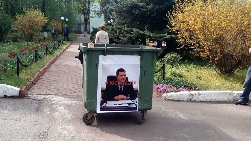 3cd092ca4b4bf00aae2d47d642996b40 Новому заму Марушевской одесситы приготовили место в мусорном баке
