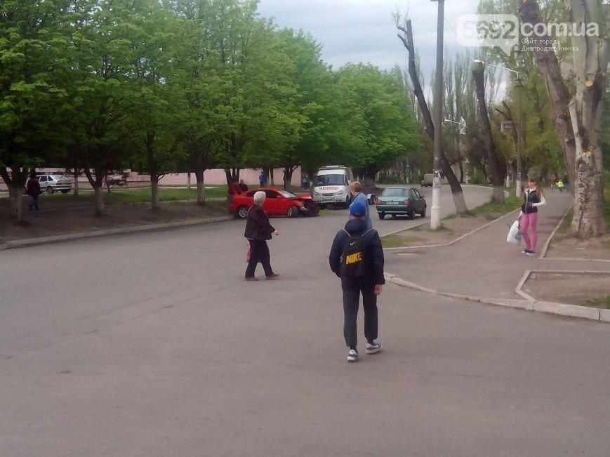 В Днепродзержинске произошло ДТП: водитель Mazda врезался в дерево (фото) - фото 7