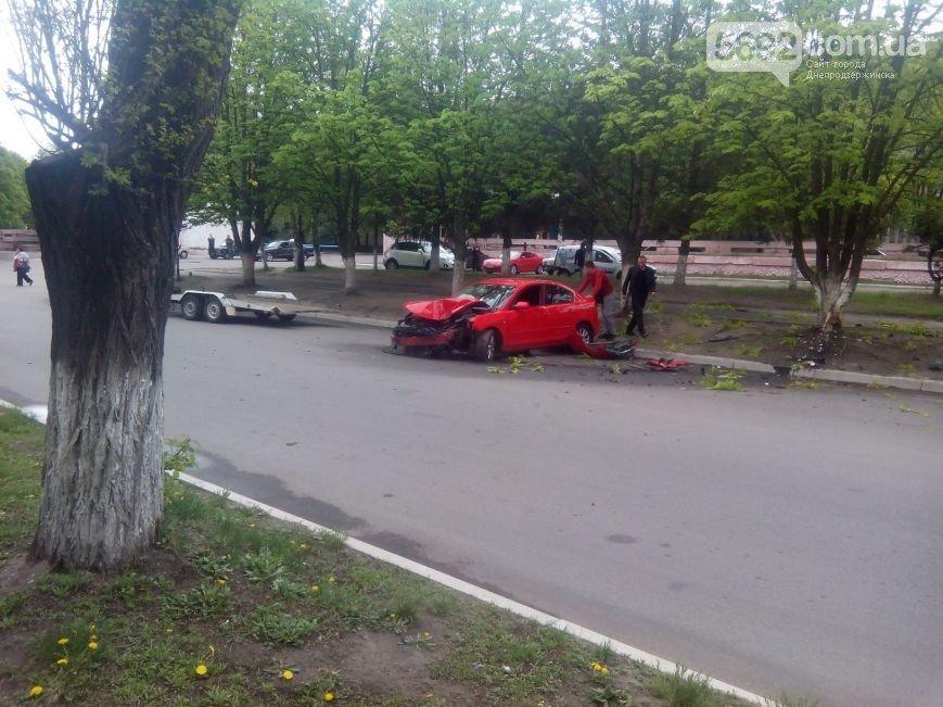 В Днепродзержинске произошло ДТП: водитель Mazda врезался в дерево (фото) - фото 6