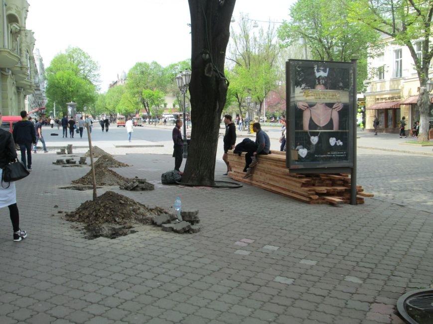 70ed0b5894304b3321b3788aa95efc77 Рабочие не знают, зачем они роют ямы в центре Одессы