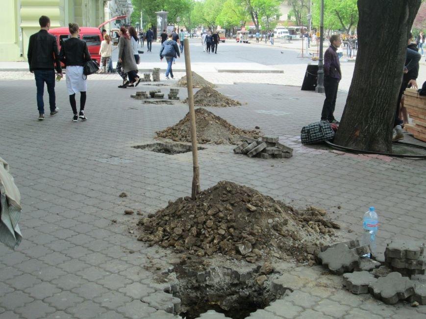 ac988a400fb6e2bfbbbf245f39eeb28c Рабочие не знают, зачем они роют ямы в центре Одессы