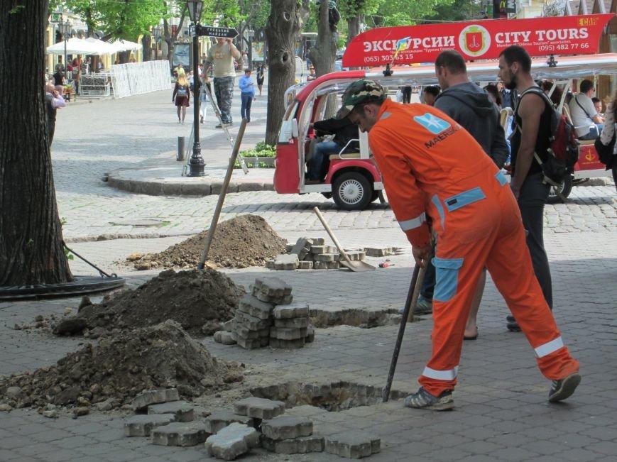 be26af82326a05ef42959faa4746690e Рабочие не знают, зачем они роют ямы в центре Одессы