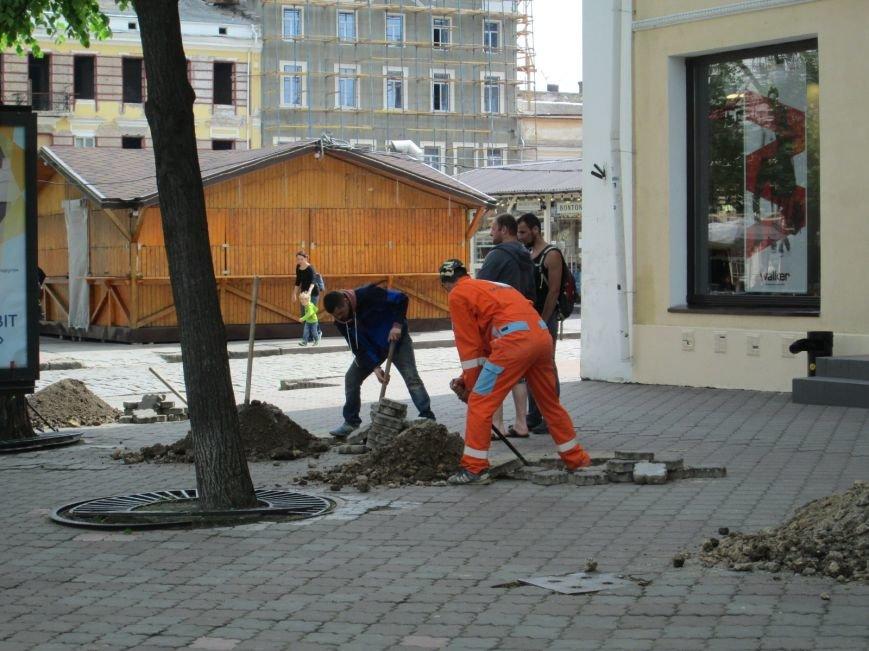 e4068aed83bffc469f96f8199c60b225 Рабочие не знают, зачем они роют ямы в центре Одессы