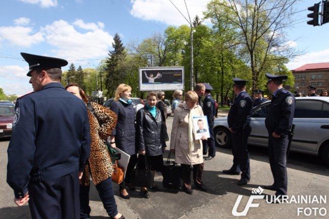 Сегодня матери и жены пленных бойцов АТО перекрыли проспект в Киеве (ФОТО) (фото) - фото 1