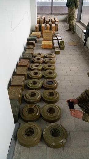 В Луганской области нашли огромный тайник с оружием - 50 тысяч патронов, сотни гранат (ФОТО, ВИДЕО) (фото) - фото 1