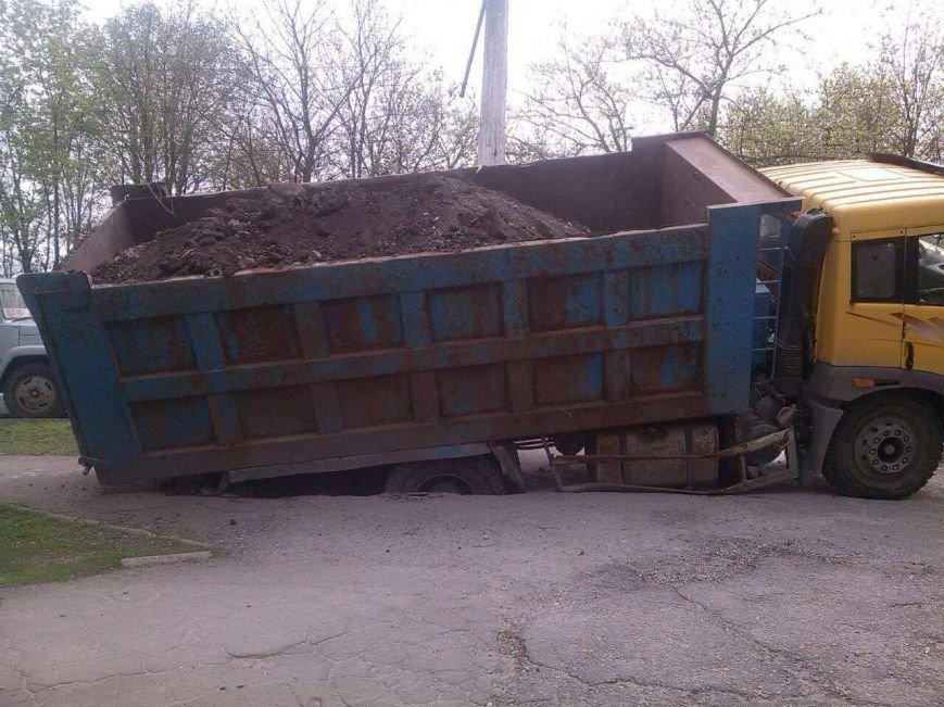 В Мариуполе возле парка на Левобережье под землю провалился грузовик (Фотофакт), фото-5