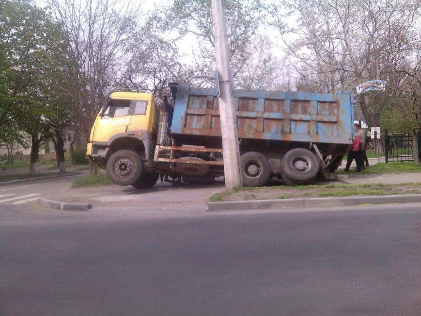 В Мариуполе возле парка на Левобережье под землю провалился грузовик (Фотофакт), фото-3