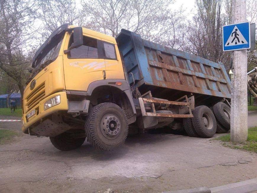В Мариуполе возле парка на Левобережье под землю провалился грузовик (Фотофакт), фото-4