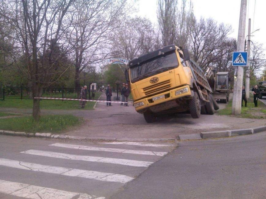 В Мариуполе возле парка на Левобережье под землю провалился грузовик (Фотофакт), фото-1
