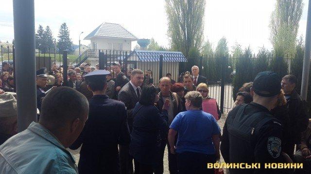 У Луцьку тернополяни влаштували протест під стінами Генконсульства Польщі (фото) (фото) - фото 1