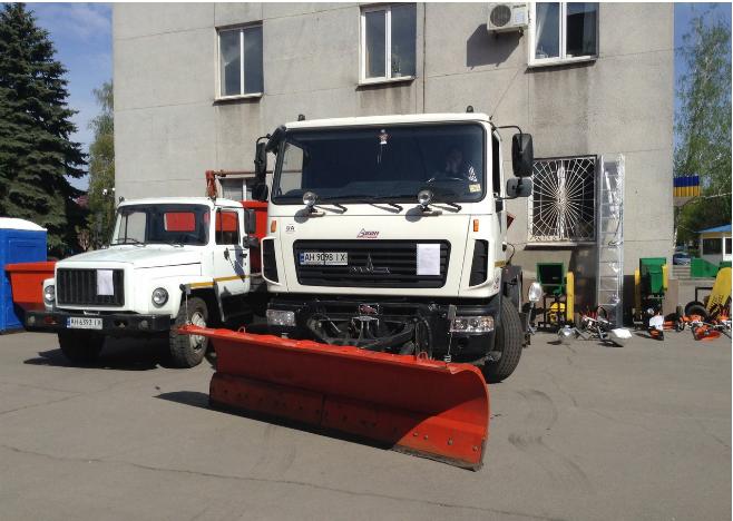 В Красноармейске (Покровске) на центральной площади города взору горожан представили коммунальную технику города (фото) - фото 6