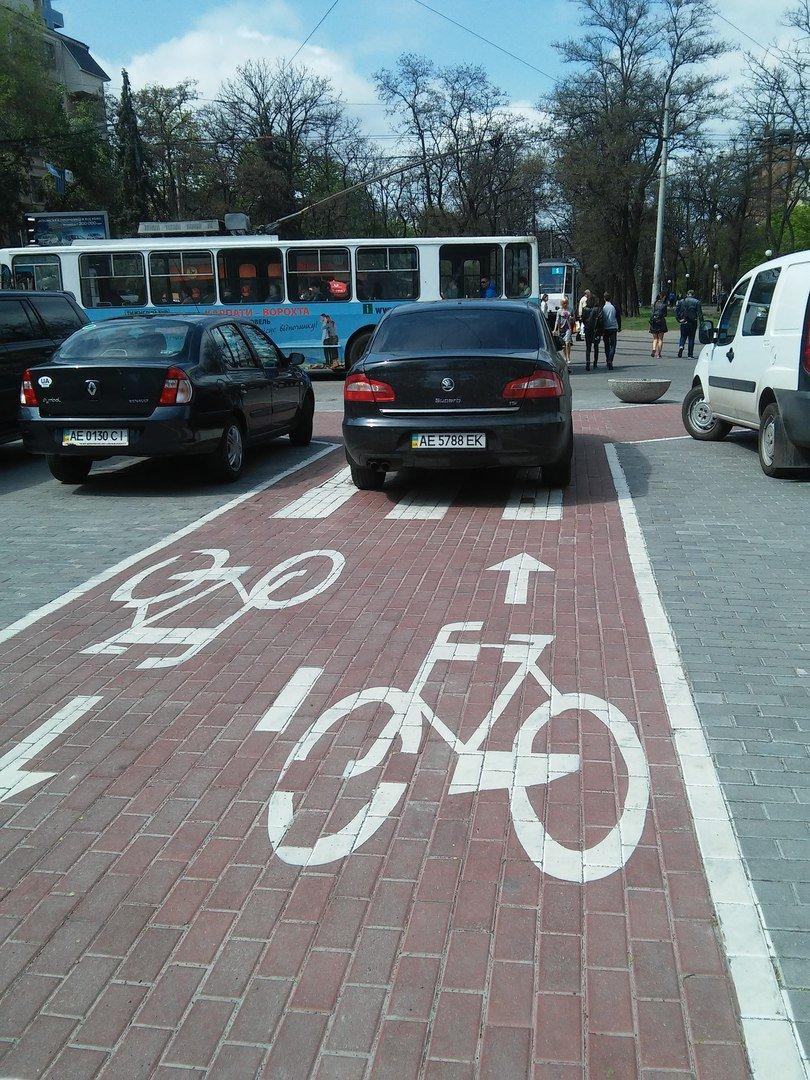 Днепропетровские водители не отличают парковки от велодорожек (ФОТОФАКТ) (фото) - фото 1