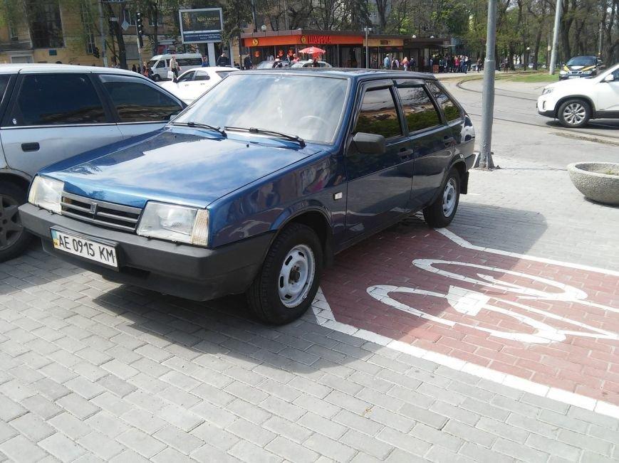 Днепропетровские водители не отличают парковки от велодорожек (ФОТОФАКТ) (фото) - фото 2