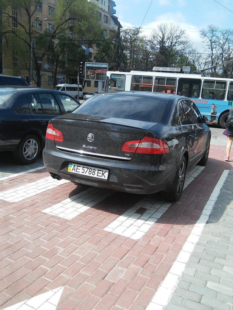 Днепропетровские водители не отличают парковки от велодорожек (ФОТОФАКТ) (фото) - фото 3