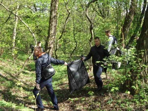 У Житомирі прибирали лісопарк за мостом (фото) - фото 1