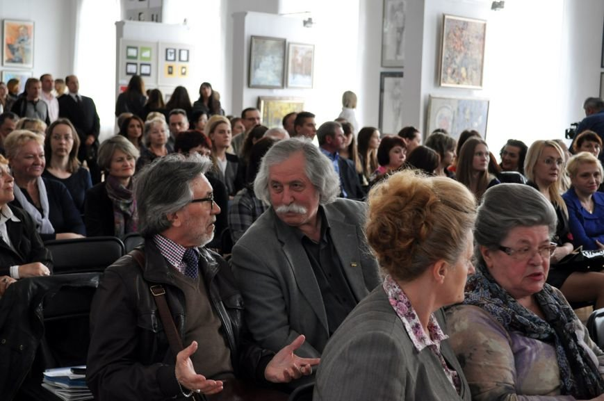 У Черкасах відкрилася виставка творчих робіт до 50-річчя бізнес-коледжу (ФОТО) (фото) - фото 1