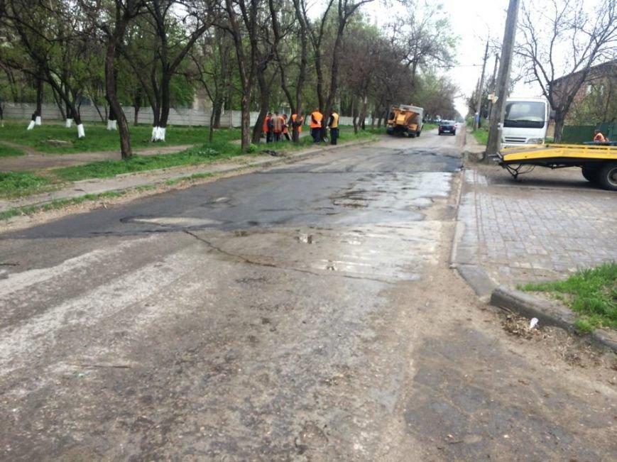 """В Мариуполе дорожники """"Зеленстроя"""" укатывали асфальт под дождем (ФОТО, ВИДЕО), фото-1"""