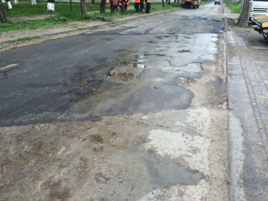 """В Мариуполе дорожники """"Зеленстроя"""" укатывали асфальт под дождем (ФОТО, ВИДЕО), фото-2"""