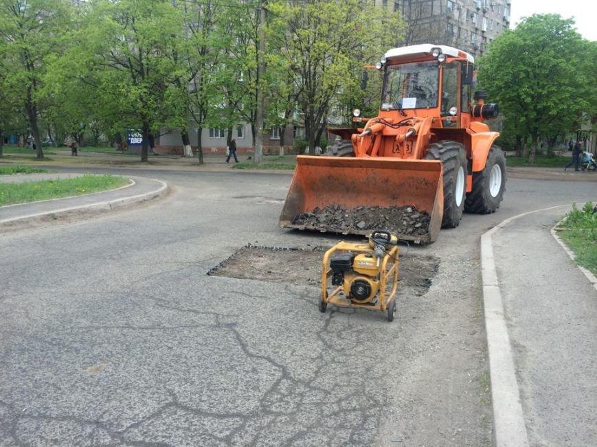 """В Мариуполе дорожники """"Зеленстроя"""" укатывали асфальт под дождем (ФОТО, ВИДЕО), фото-9"""