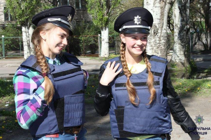 В Кременчуге школьники «порулили» на полицейском авто и поговорили в громкоговоритель, фото-1