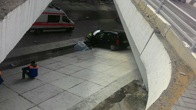 В Минске Peugeot с ребенком в салоне насмерть сбил рабочего и упал с моста, фото-1