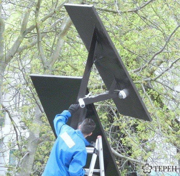 """У Тернополі на """"сонячному дереві"""" встановлюють камеру відеоспостереження (фото) (фото) - фото 1"""