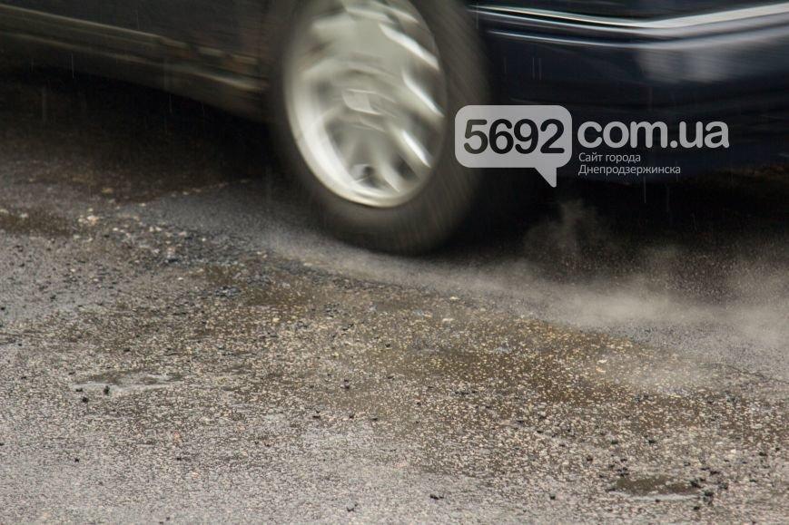 В Днепродзержинске укладывали асфальт во время дождя (фото) - фото 3