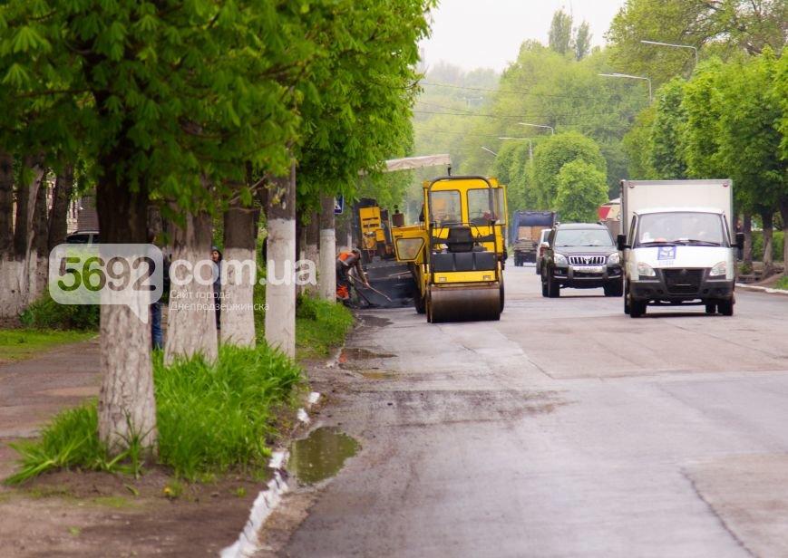 В Днепродзержинске укладывали асфальт во время дождя (фото) - фото 4