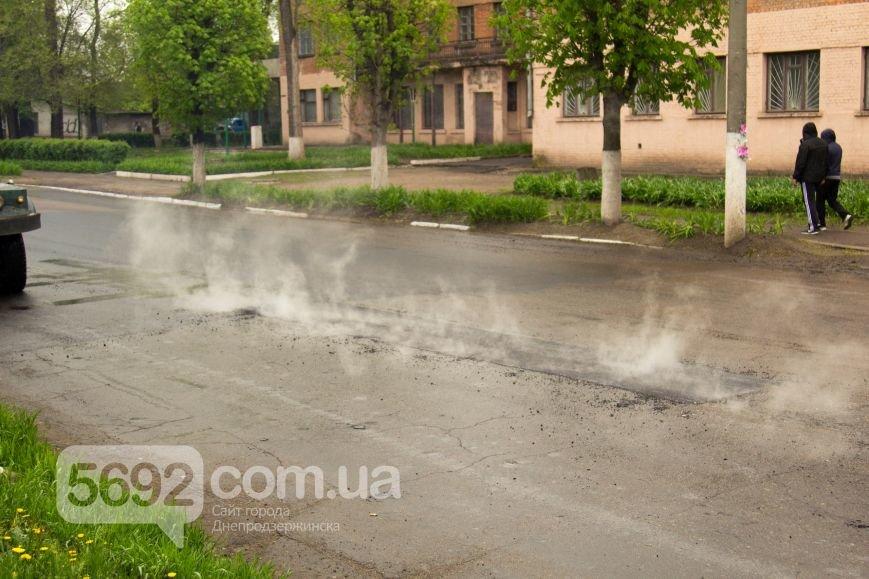 В Днепродзержинске укладывали асфальт во время дождя (фото) - фото 1