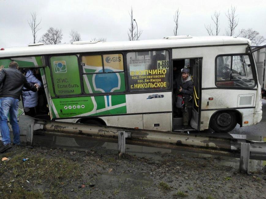 В Шушарах маршрутка №688 провалилась в яму (фото) - фото 2