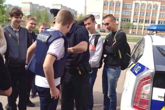 Полтавские школьники примеряли бронежилеты и полицейские машины (фото) - фото 2