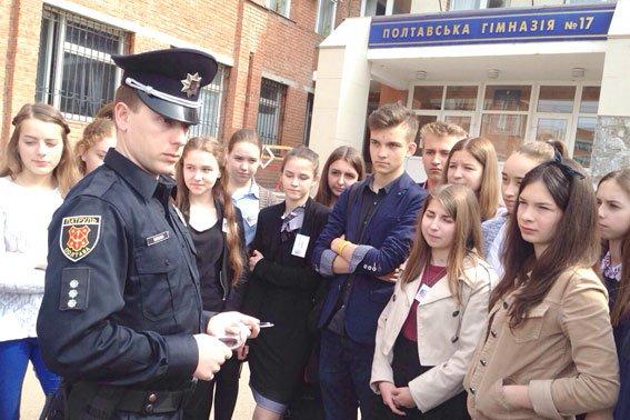 Полтавские школьники примеряли бронежилеты и полицейские машины (фото) - фото 6